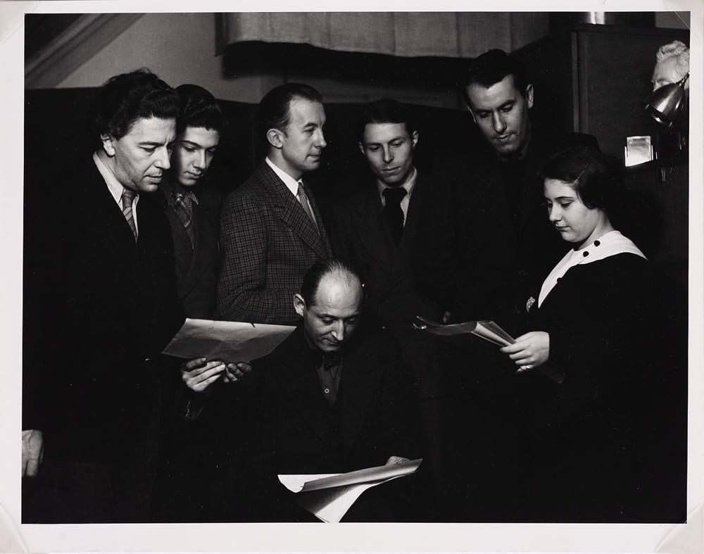 Ray Man Gisel Prassinos Lisant Ses Poèmes Au Grupe 1934 Mutualart