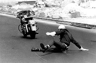 Evandro Teixeira. Queda de um motociclista da FAB