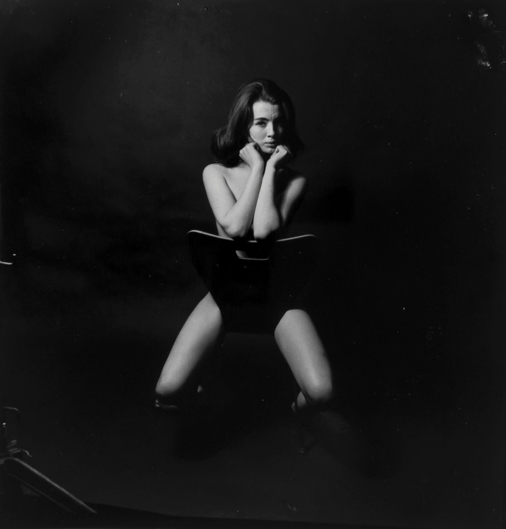 Фото девушки верхом на стуле 4 фотография