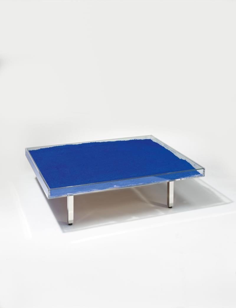 Yves klein table bleue table ikb pigment for Table yves klein