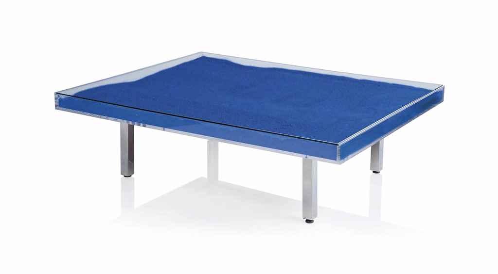 Yves klein table bleue blue table glass for Table yves klein