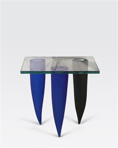 Philippe starck trois tranget s sous un mur for Philippe starck glass table